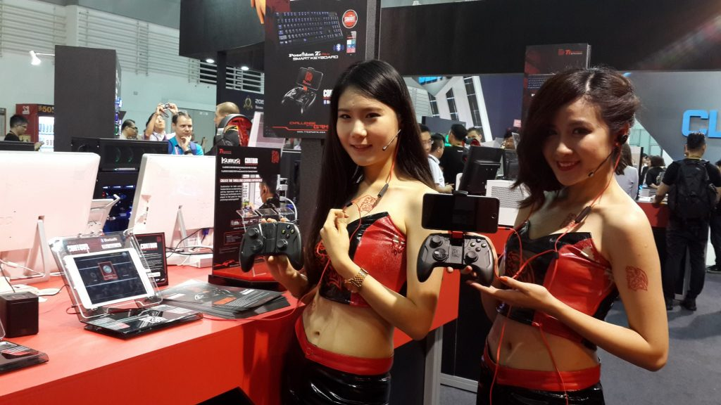 Tt eSPORTS ISURUS PRO with  the CONTOUR Gaming Controller at COMPUTEX 2015